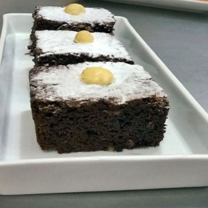 BROWNIE DE CHOCOLATE E MACADÂMIA
